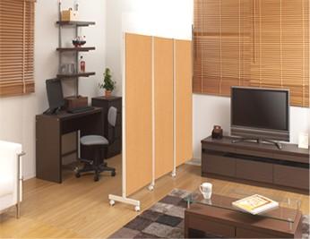 キャスター付きパーテーション リビングに書斎スペースが完成。