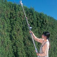 伸縮と角度の自在なポールバリカン Mr.ポールバリカン P-2001 高い生垣の天面部分