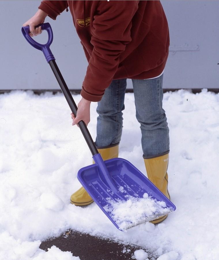軽くて丈夫な女性でも扱いやすい雪かきスコップ。お皿の先端部に18-0ステンレス補強カバーを付けているので強度があります。 突然の大雪もこれで安心!