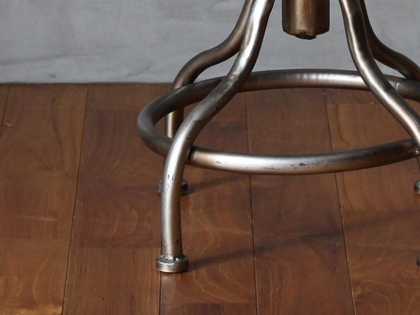 4本のスチール製の脚