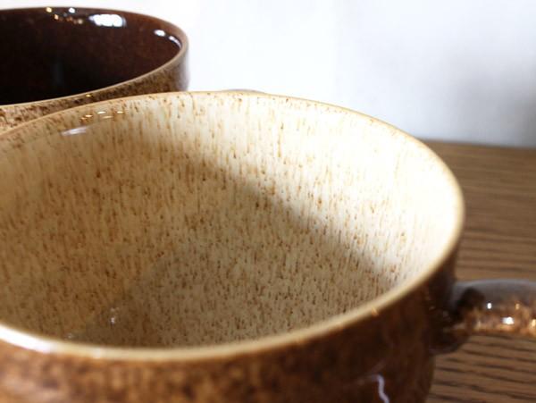 釉薬の絶妙な色合いが柔らかく優しい。