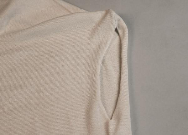 肩のラインを滑らかにみせつつ、袖口も柔らかい印象。