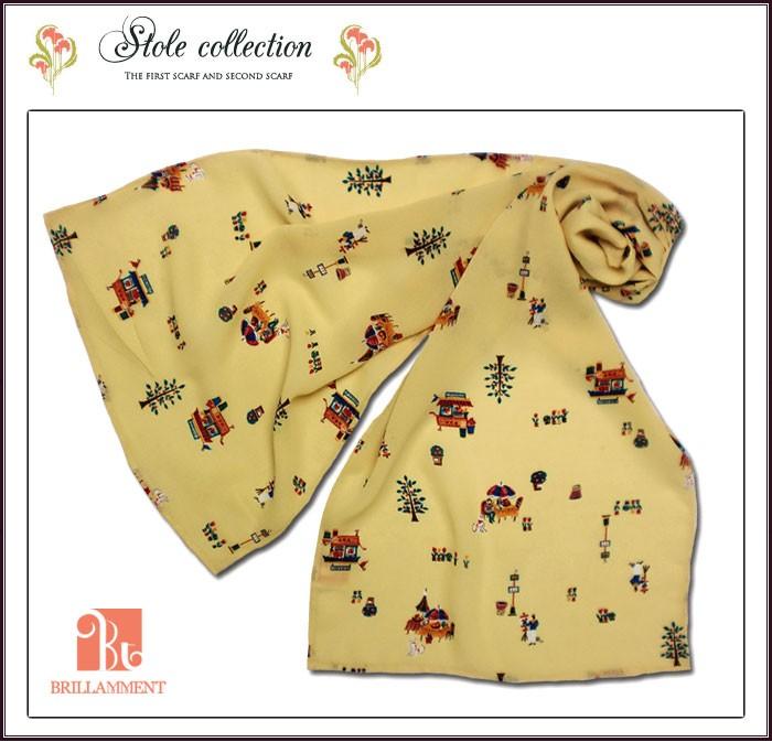 笑顔が映える印象美人はシンプルな服装にも一輪の華を添えるストール。稀少な日本製で小さいな贅沢を味わえます