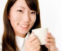 杜仲茶を飲む女性