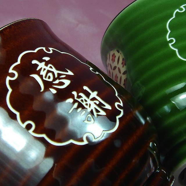 茶碗に丁寧に彫刻