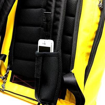 ショルダーハーネス部分にスマホなどの収納に便利なネオプレーン製ポケット付き