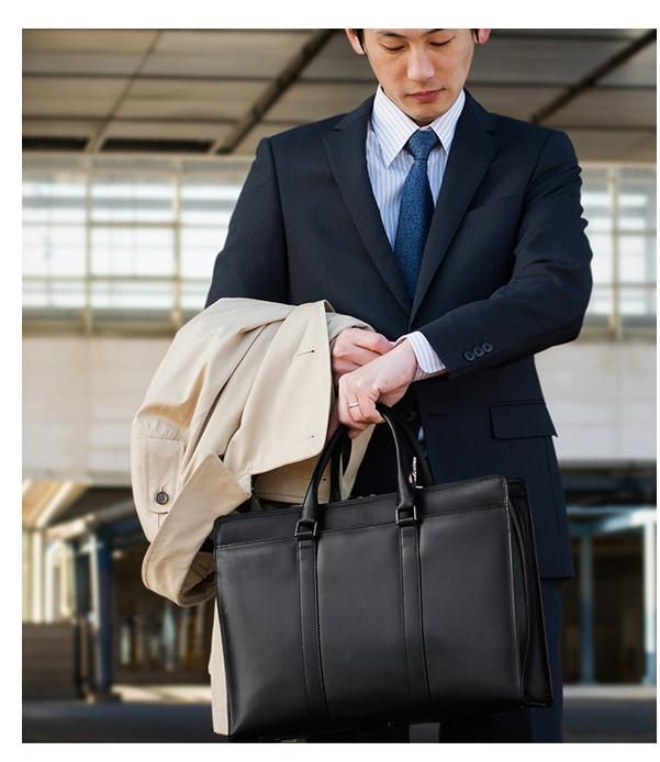 スーツを引き立たせるためにシンプルな形状にし、目立ちやすい金具もブラックシルバーに統一することでシックな印象に。