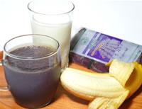 アサイーと牛乳または豆乳とバナナ