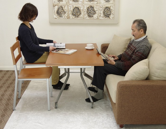 椅子にもソファにも高さ調整できるテーブル