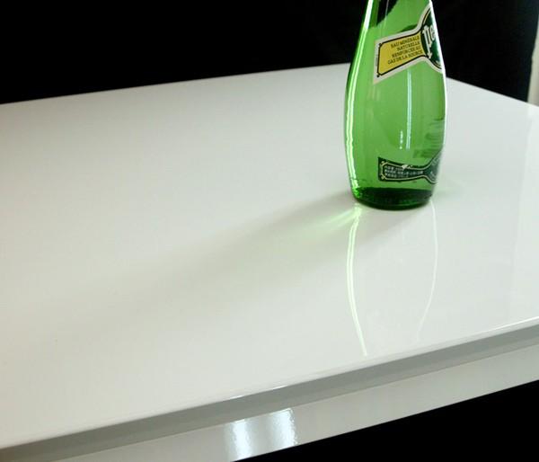 ピカッとしたホワイト色のホワイト鏡面塗装のテーブル