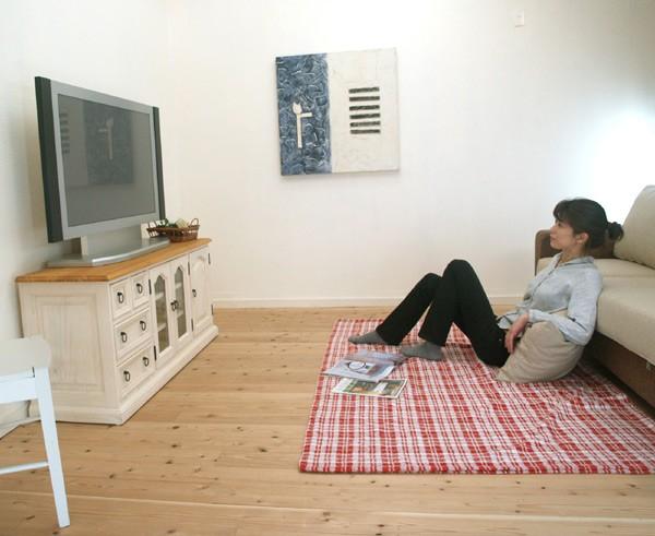 リビングでTVを見るブルドッグが完全にオッサ …