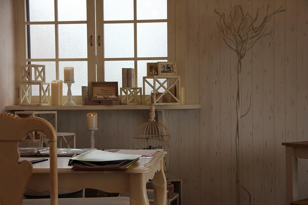 アンティークホワイト色の猫脚オシャレでかわいいテーブル