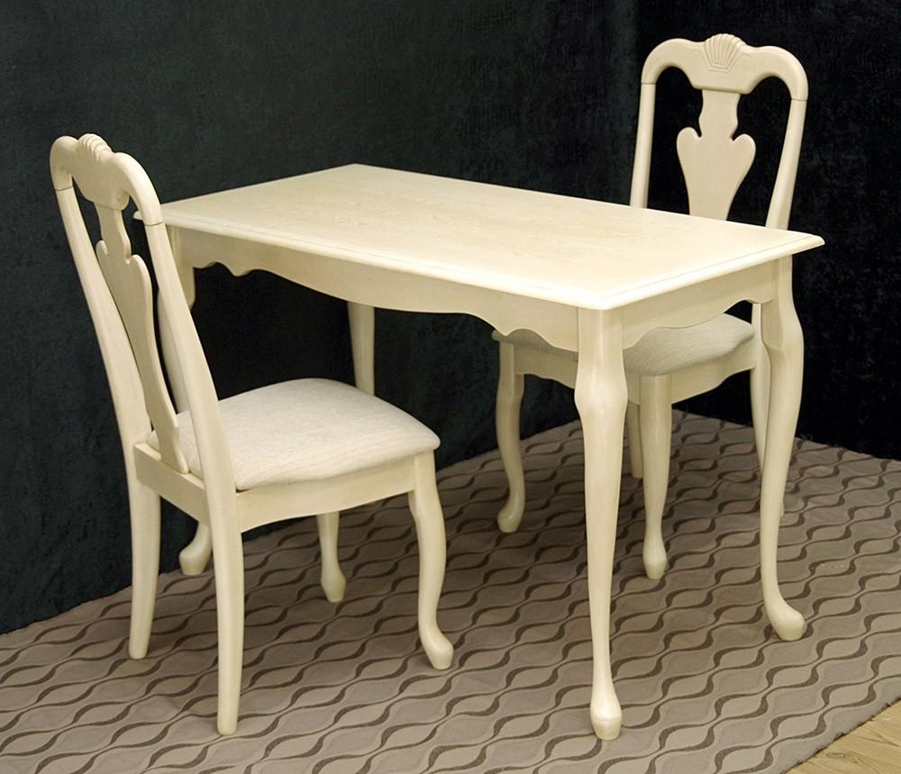 コンパクトなクラシック調のテーブルと猫脚の椅子2脚セット