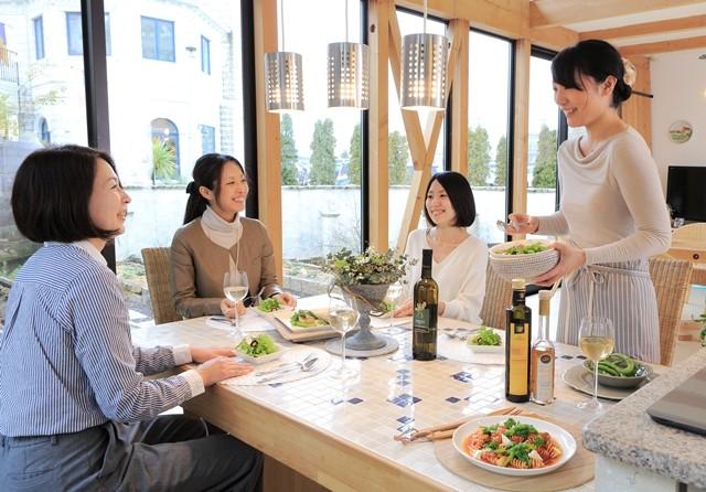 ゾットペラが食卓に並ぶ食事風景写真