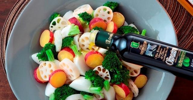 温野菜とオリーブオイルの写真