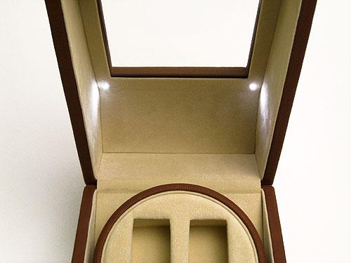 上蓋内部にはLEDが2つ搭載されていて、本製品後部のLEDスイッチを入れることによって腕時計を幻想的にライトアップします