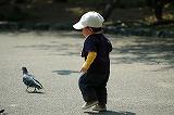 1人で遊ぶ子供のイメージ