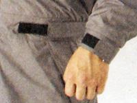 ウエストと腕にマジックテープ