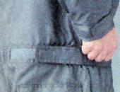 ウエストと袖はマジックテープで調整可能