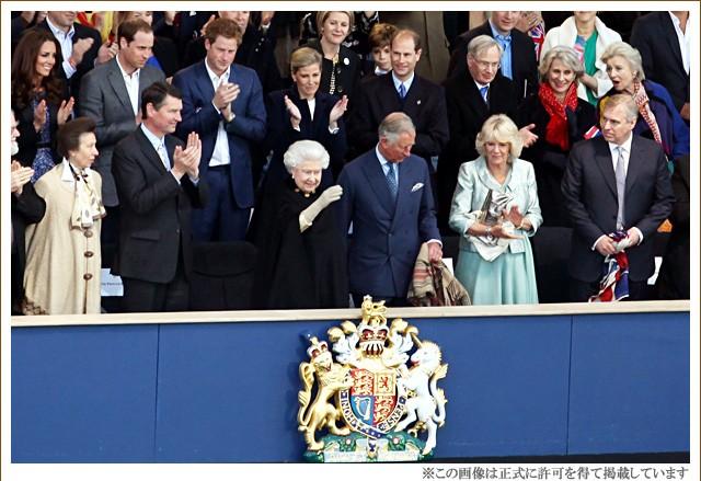 キャロン国-英国エリザベス女王とロキャロン社スチュアートイヴを手にされているチャールズ皇太子