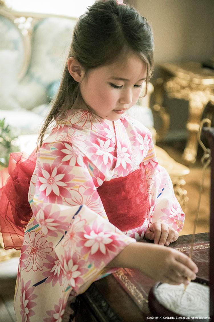 ピンクの浴衣を着た女の子