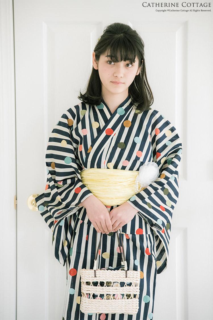 レトロ柄の浴衣を着た女の子