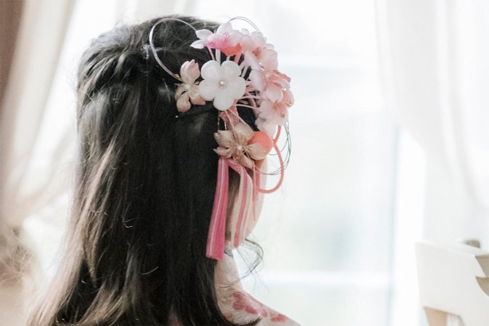 髪飾りをつけた女の子