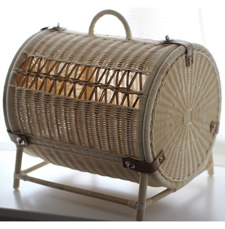 ラタン(籐)で織り上げた涼しいペット用ハウス