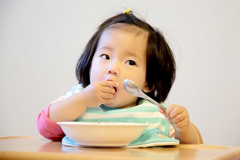 園児 食事中
