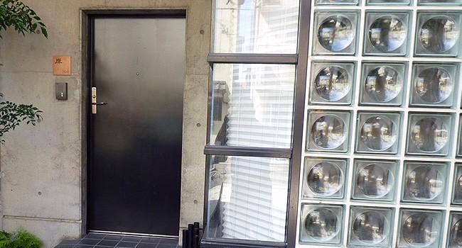 玄関ドア横にタイル表札TL-E1515