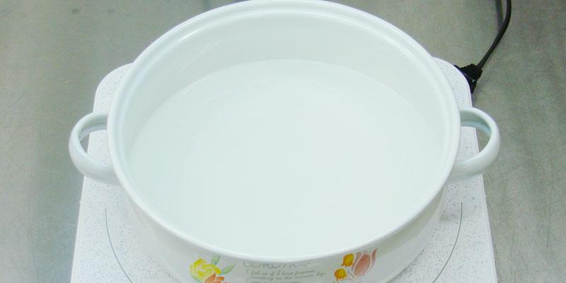 鍋に水を入れます