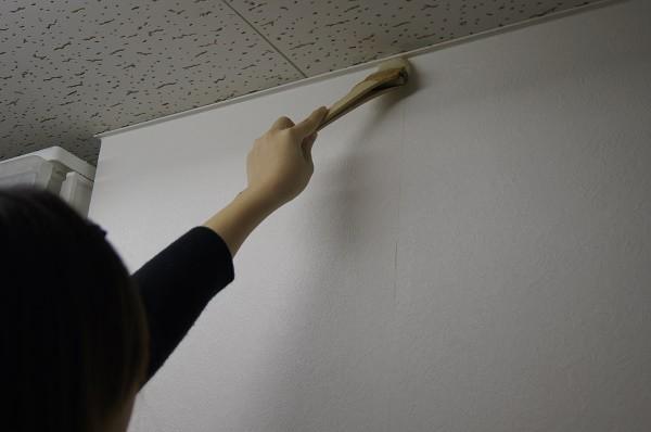 ハケで端っこにのりを塗る