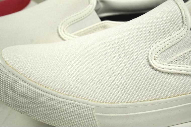 雨降りでも靴の中まで水が浸みないスニーカー