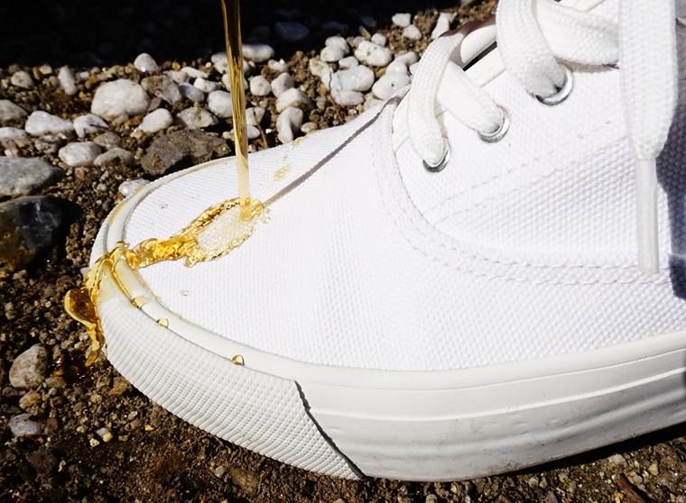 雨の日でも靴の中が濡れないSAMUEのキャンバス生地スニーカー