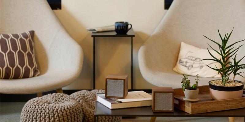 部屋に馴染むシンプルな立方体デザインの画像