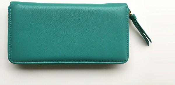 しっとり、やわらかレザーの長財布