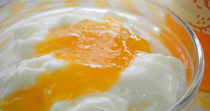 福田農場のデコポンのフルーツソースは、ヨーグルトとの相性抜群