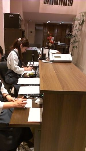京都他主要都市の高級店(宝石関係)で活躍する弊社制作依頼のインナーテブル付き受付事務も可能な対面式接客カウンター。