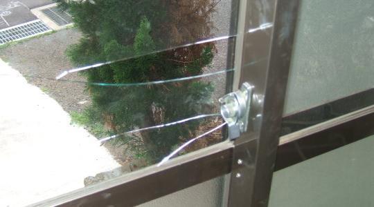 生ガラスは簡単に破られます。