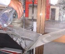 ガラス面も、フィルムにもタップリ施工液を吹きつけてください。