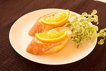 パンにオレンジと巣みつ(巣蜜)