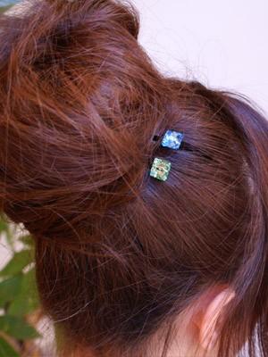 お団子ヘアのアクセントにビジューなヘアピンを使っています