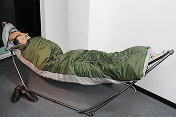 布団にはないあたたかさを感じてついうとうと。思わずうたた寝してしまいそうになる居心地の良さ。