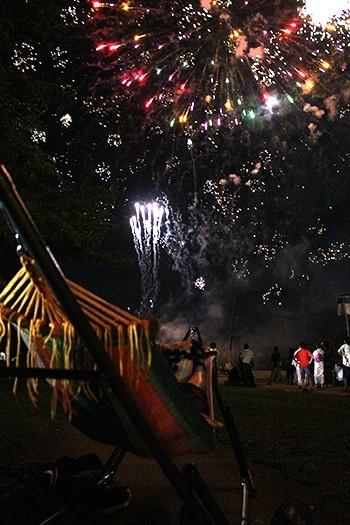 ハンモックに横たわって見る花火は素晴らしい。 目で楽しみ、体で楽しめる。