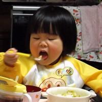 餃子をパクパク食べる