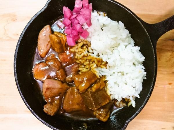 スキレットで熱々!超厚切り牛たん&道産牛のカレー【レシピ】