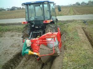 有機米コシヒカリ栽培田のあぜ塗り作業中