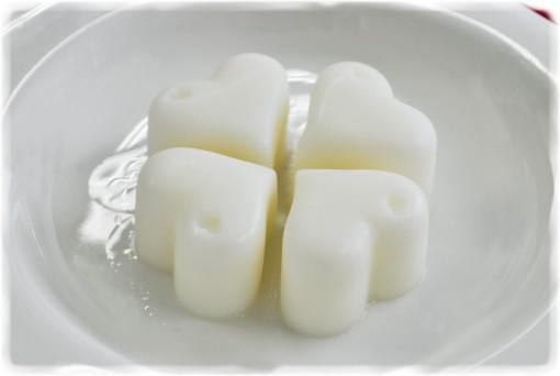 シリコン製の製氷皿を使うと可愛くキレイに出来上がります。