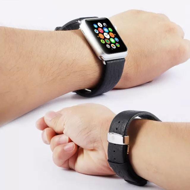 apple watch特徴的なバックルの本革バンド 装着イメージ