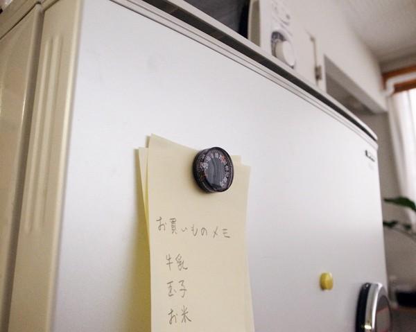 冷蔵庫に貼りつけたマグネットつき温度計